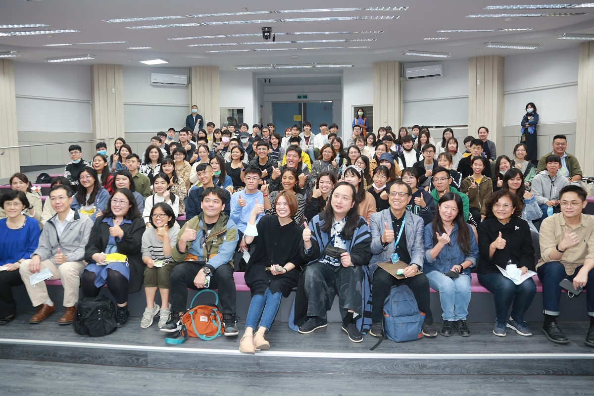 Audrey Tang discusses trends in social innovation with NSYSU students